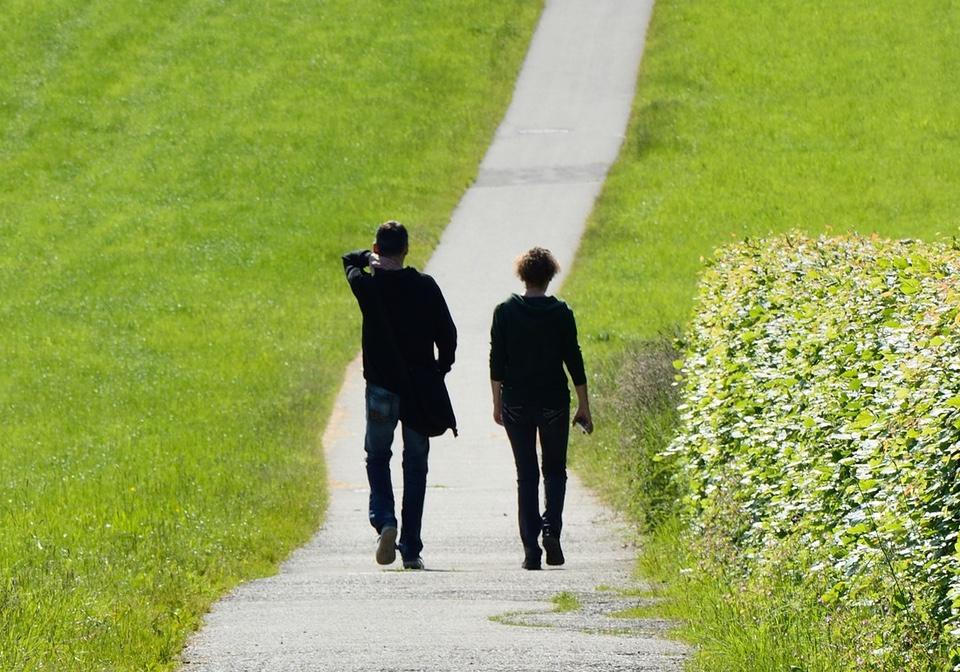 Zwei Menschen gehen gemeinsam einen Weg